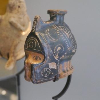 Flacon de parfum en forme de tête casquée, VIe s. av. J.-C, Rhodes, Musée International de la Parfumerie, photo: Paul Nicoud - CC BY 4.0