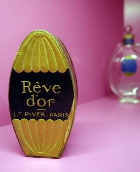 Les parfumeurs,  des vendeurs de rêves ? Rêve d'or, parfumerie Pierre Armingeat, 1925, photo par Paul Nicoud CC BY 4.0